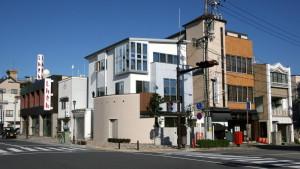 市街地の3階建の家
